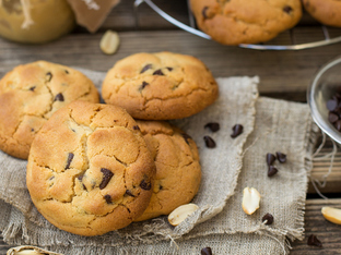 Бисквити с фъстъчено масло, шоколад и кленов сироп