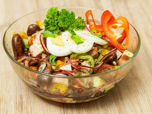 Салата с боб и свежи зеленчуци