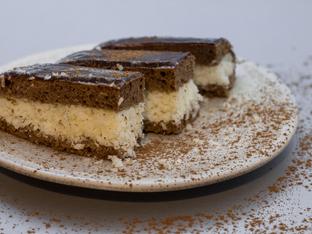 Кекс с два цвята, ром, стафиди и кокос