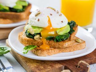 Сандвичи с авокадо, спанак и яйце