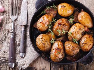 Пресни картофи с лук и мащерка