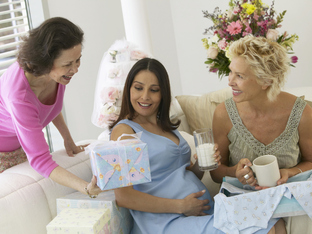 Какво да подарим на бъдеща майка?
