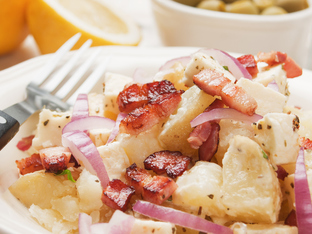 Картофена салата с чоризо и фета сирене