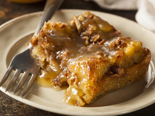 Сладкиш с хляб, мармалад и орехи