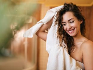 Защо не трябва да използвате хавлия за подсушаване на косата?