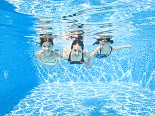 Защо не трябва да отваряте очи под водата?