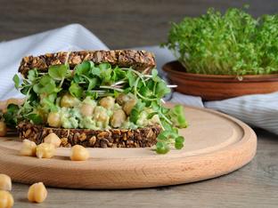Сандвич с авокадо и нахут