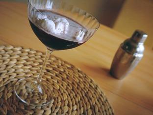 Коктейл с черна водка и сладолед – видео рецепта