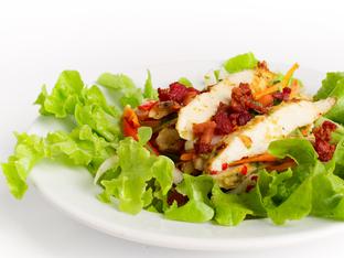 Салата с пиле, бекон и зеленчуци