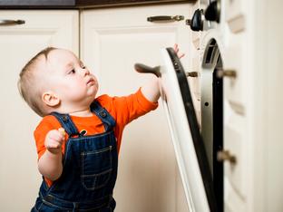 Обезопасяване на дома за малки деца