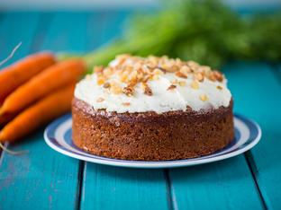 Морковен кекс с глазура и орехи