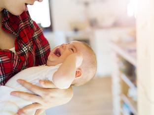 Защо бебето плаче по време на кърмене?