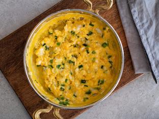 Бъркани яйца с лук и козе сирене