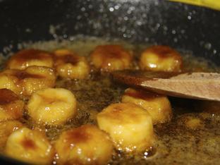 Банани с карамелен маслен сос