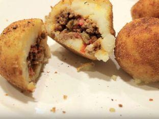 Пълнени картофи с кайма, лук и грах