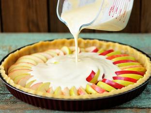 Ябълков десерт със сметана, стафиди и бадеми