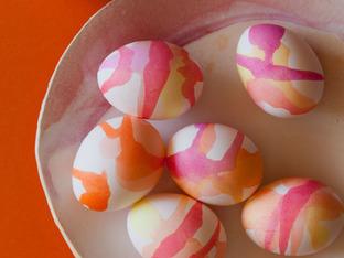 Декориране на великденски яйца със сладкарски бои