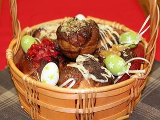 Козуначени мъфини с шоколад, ядки и ягоди