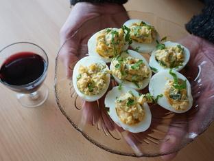 Видео рецепта: Пълнени яйца с извара