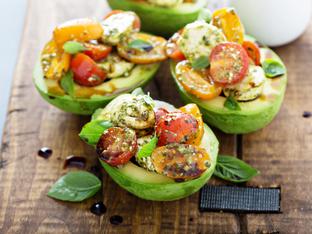 Пълнено авокадо с моцарела и чери домати
