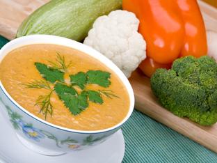 Пролетна супа с карфиол, тиквичка, броколи