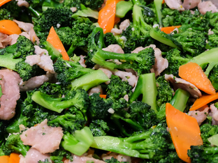 Свинско с броколи и глазиран сос на тиган