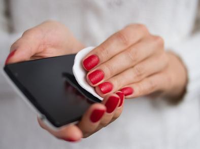 Как да дезинфекцирате телефона си без да го повредите?
