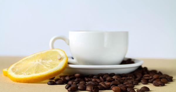 Започваме утрините си с чаша вода, понякога добавяме лимон към