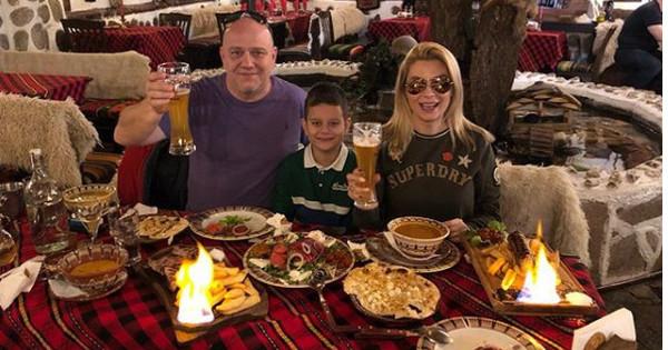 Снимка: Венета Райкова и Тишо празнуват заедно рождения ден на сина им