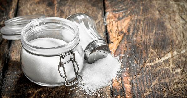 Прекаляването със солта в храната може да предизвика повишени нива