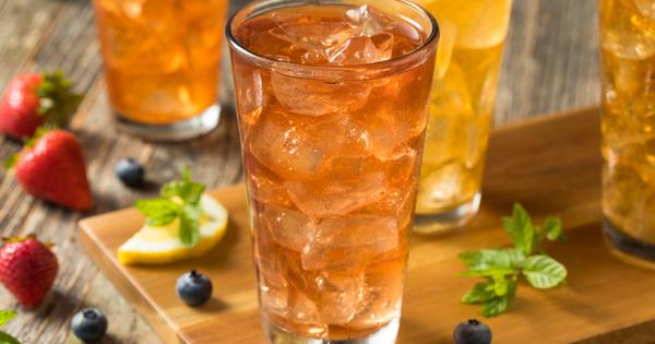 Студеният чай е перфектната напитка за лятото. Той е освежаващ,