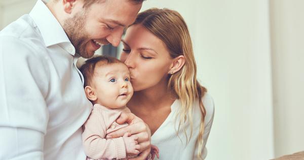 Целуването на бебето е най-естественото нещо, което един родител прави.