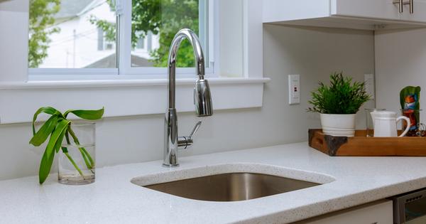 В почти всеки дом кухненската мивка е вградена в шкаф,