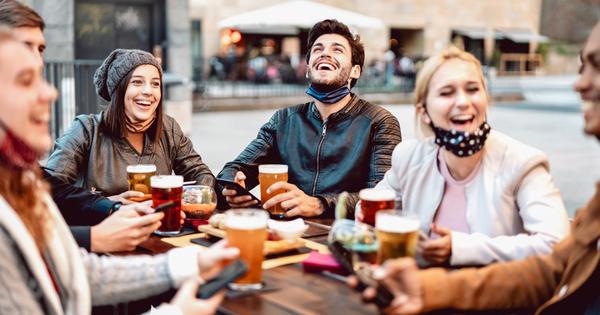 Времето, прекарано с приятели с чаша любимо алкохолно питие, е