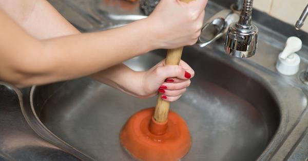 Когато измиваме съдовете за хранене в канала на мивката попадат