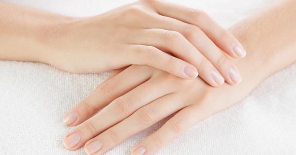 Жълтите петна по ноктите обикновено се появяват при честа употреба
