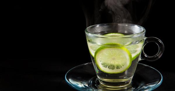 , обикновено придружена с резен лимон или сока от един