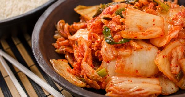 Кимчи е вид ферментирал продукт, подобен на киселото зеле, но
