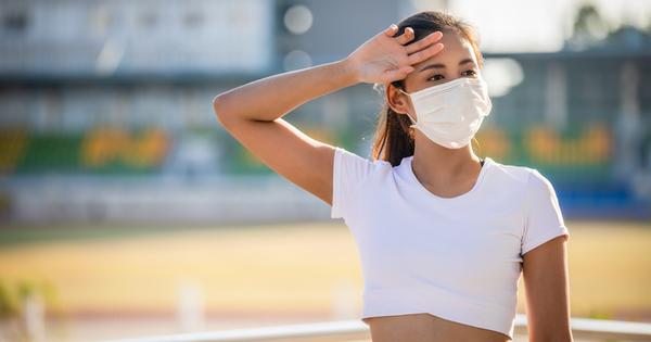 Носенето на маска на обществени места все още е задължително.