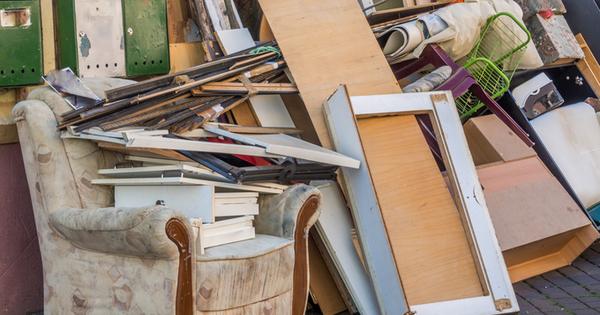 Разхвърляният дом, пълен със стари вещи и дрехи, доказано предизвиква
