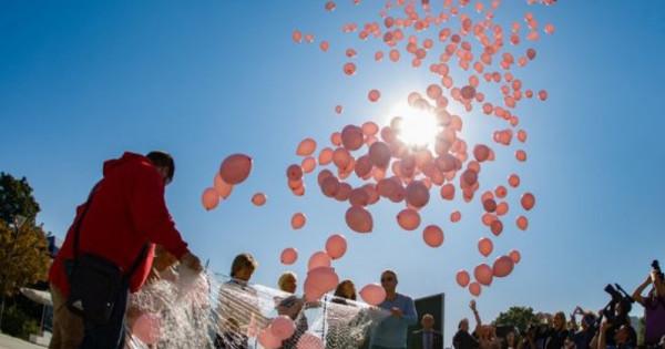 1200 розови балона полетяха в небето над НДК, в памет