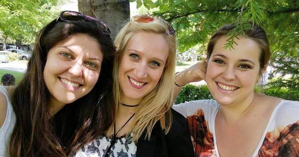 Те са три приятелки: Ива, Кристияна и Габриела, с една