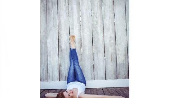 Снимка: 4 ползи от повдигането на краката на стената
