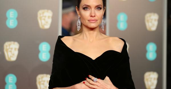 Снимка: Анджелина Джоли махна фамилията на Брад Пит от името си