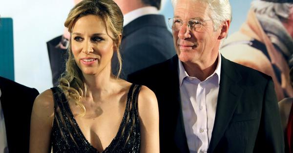 Холивудският актьор Ричард Гиър и съпругата му Алехандра Силва (35)