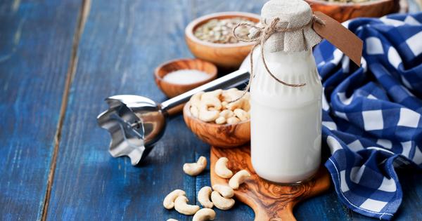 Една от най-често консумираните млечни храни е прясното краве мляко.