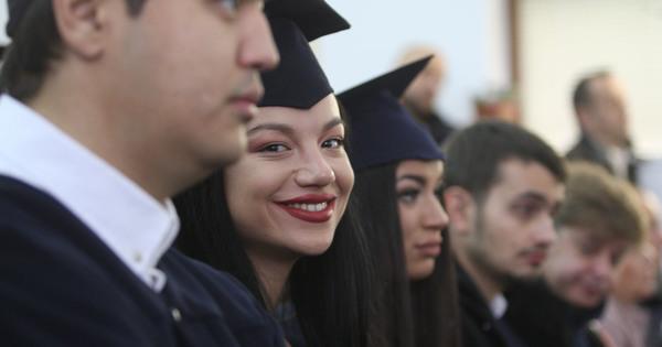 На тържествена церемония в препълнената аула на Висшето училище по
