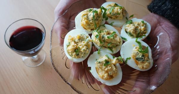Снимка: Видео рецепта: Пълнени яйца с извара
