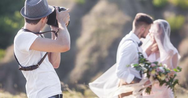 Сватбените фотографи имат опит с брачните двойки още преди тяхната