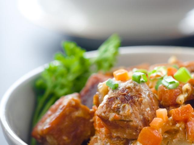 Гювеч със свинско, картофи и гъби